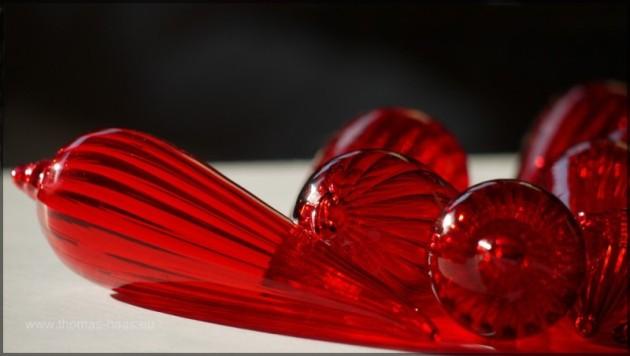 Rote Glaszapfen im Gegenlicht fotografiert,