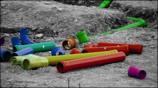 Bildbearbeitung: Kunststoffrohre auf Baustelle
