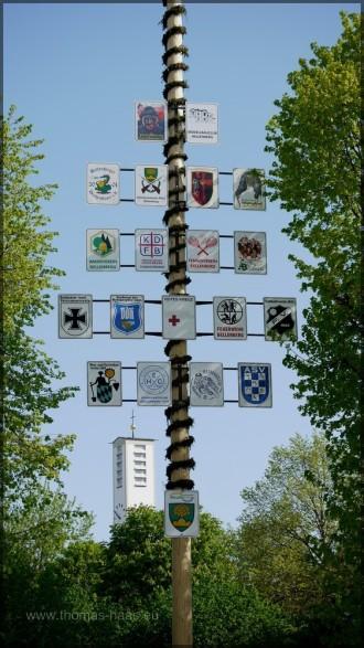 Kirchturm und Vereinsschilder, Mai 2012
