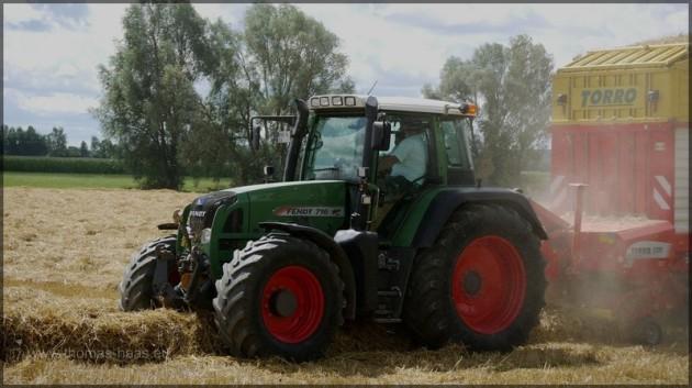 Traktor und Ladewagen bei der Arbeit