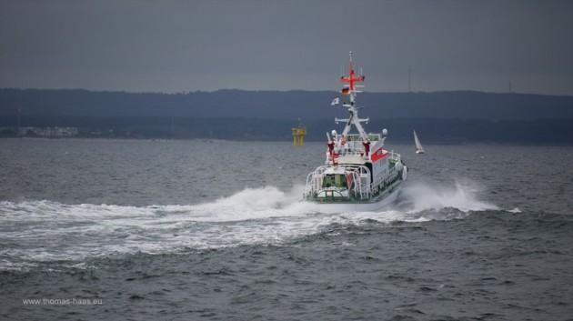 Seenotkreuzer der DGzRS in Fahrt vor Warnemuende
