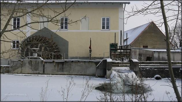 Mühlbach mit Fallenstock im Eis, Zustand Februar 2012