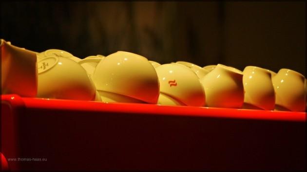 Kaffeetassen auf der Kaffeemaschine warten auf den Einsatz, Feb. 2011