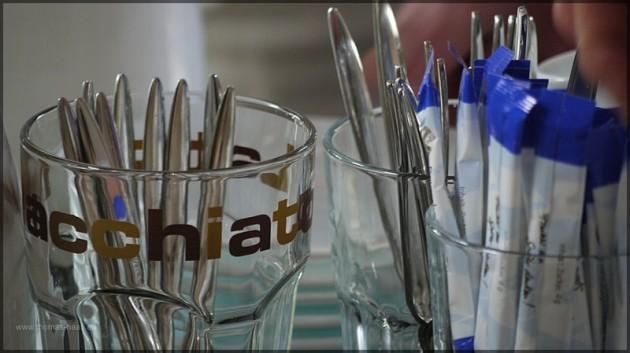 Kaffeegläser und Zubehör auf einer Tafel, 2011