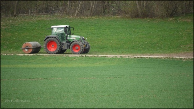 Traktor mit Walze am Waldrand, April 2013