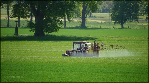 Traktor mit Spritze im Feld, Mai 2013