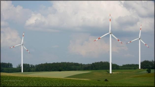 Windräder zwischen den sommerlichen Feldern, Juli 2013