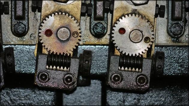 Detail einer alten Buchdruckmaschine, Lager Farbwalzen