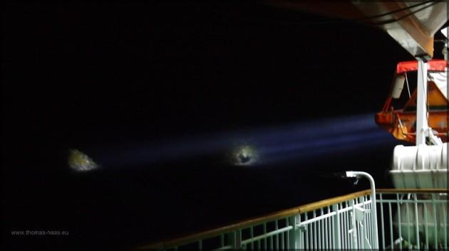 Suchscheinwerfer, auf den Eingang des Trollfjordes gerichtet