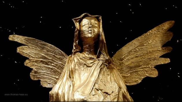 Goldener, modern gestalteter Engel, Dezember 2013