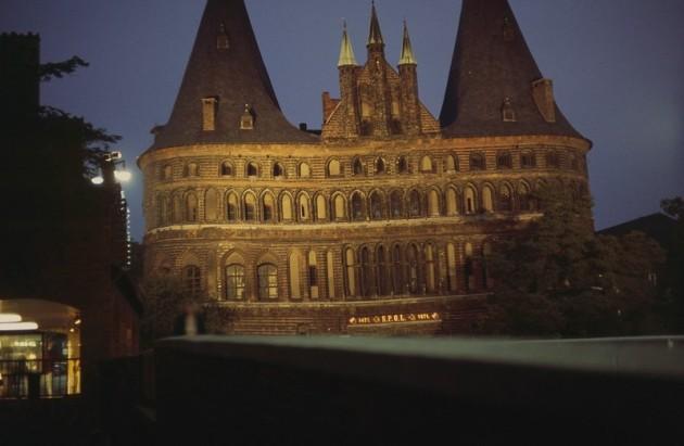 Holstentor, Stadtseite, Nachtaufnahme 1981, Scan 2014