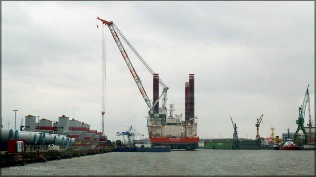 Ausrüstung zur Offshore-Energiegewinnung im Hafen Bremerhaven, Februar 2014