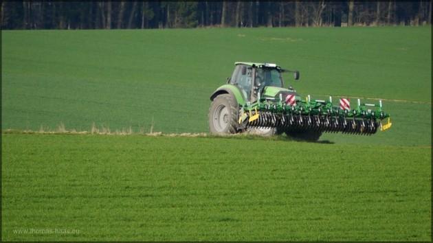 Traktor mit zapfwellengetriebener Kreiselegge, März 2014