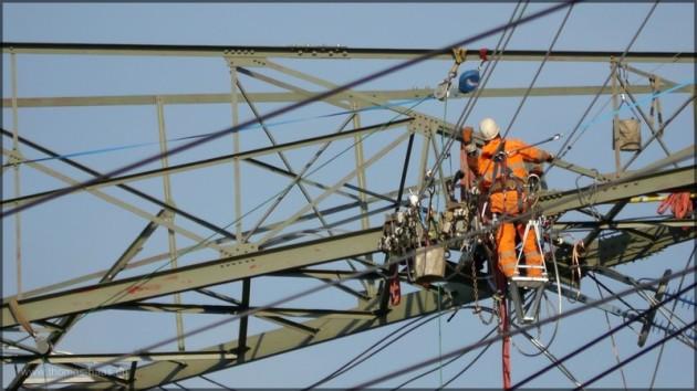 Arbeiter auf dem Strommasten. April 2014