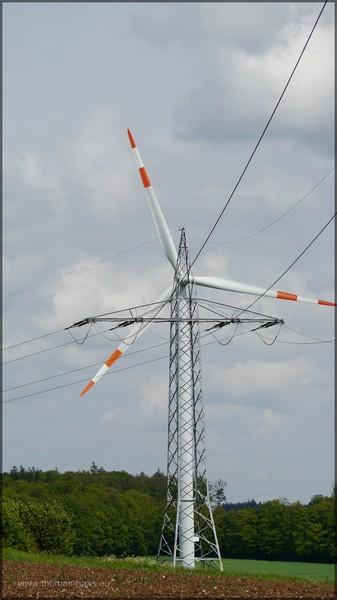 Windrad und Strommasten, Mai 2014