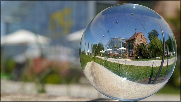 Museumsgebäude durch die Kugel betrachtet, Bildbearbeitung, Juni 2014