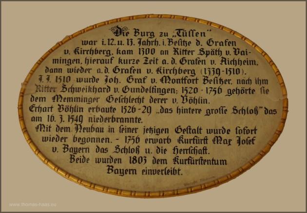 Das Illertisser Schloß - die Geschichte auf einer Tafel im Torbogen