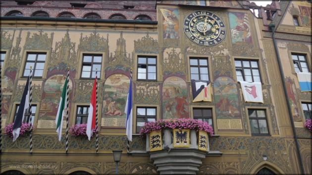 Ulmer Rathaus, Fassade und astronomische Uhr, Festtagsschmuck, Juli 2014