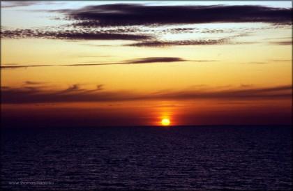 Sonnenuntergang, die Sonne berührt die See...