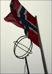 Polarkreis, Fahne und Globus