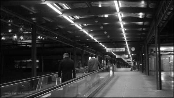 Laufband am Flughafen Stuttgart, der Weg zu den Parkhäusern, Dezember 2014