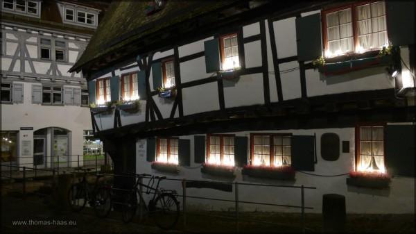 """Das """"Schiefe Haus"""" als Nachtaufnahme, Langzeibelichtung"""