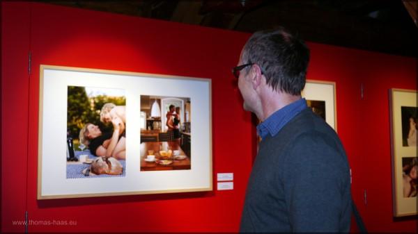 Preisträger auf Rundgang in der Ausstellung.