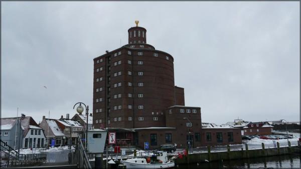 Wahrzeichen im Hafen: Rundsilo in Eckernförde, Februar 2015