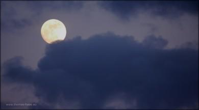 Der Vollmond am bewölkten Himmel, 05.03.2015
