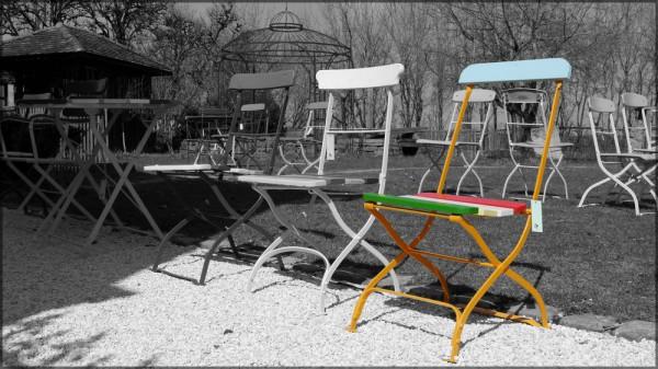 Stühle im Freiland, ck-Bearbeitung, April 2015
