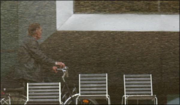 Gebäude, Stühle und Radfahrer in einer Wasserfläche, Mai 2015
