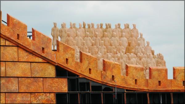 Terracotta-Armee hinter der Mauer, Mai 2015