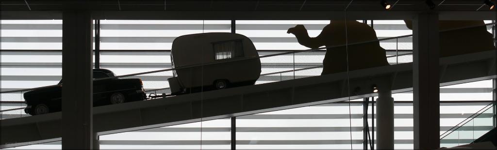 ...fast ein Scherenschnitt, Rampe im Hymer- Museum, mit Gespann und Kamel, Janaur 2016