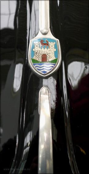 Das Wappen von Wolfsburg auf der Haube eines alten VW Käfers, Jan. 2016