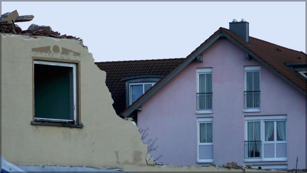 Mauerreste und Blick zur Seniorenwohnanlage