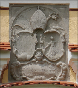 Wappen über dem Portal, Juni 2016