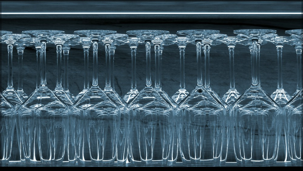 Weingläser,kopfüber im Regal, Mai 2016