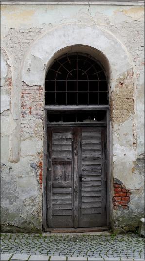 Haustüre und verfallenes Gebäude, Mai 2016