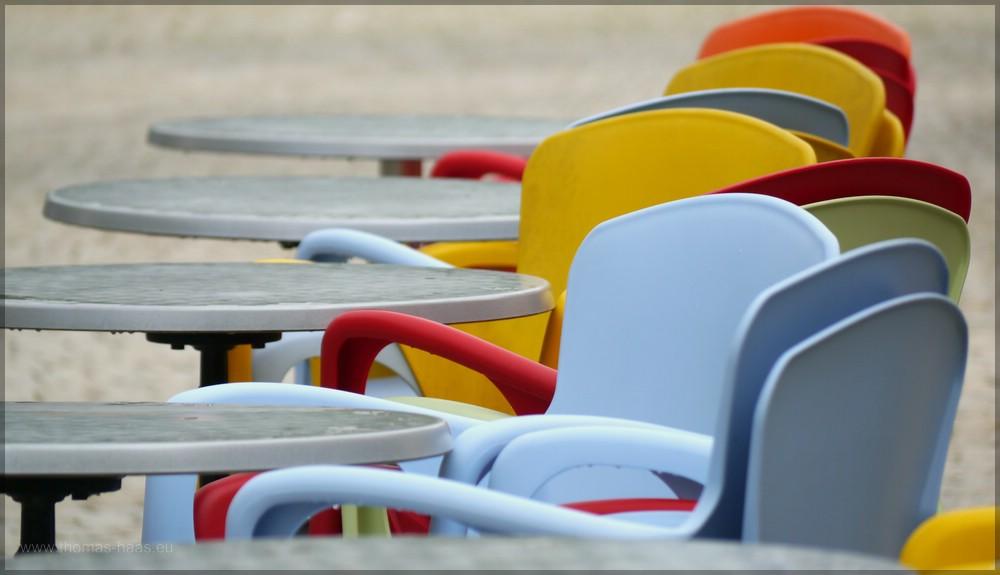 Bunte Stühle warten auf den Sommer und die Gäste, Weißenhorn, 2016