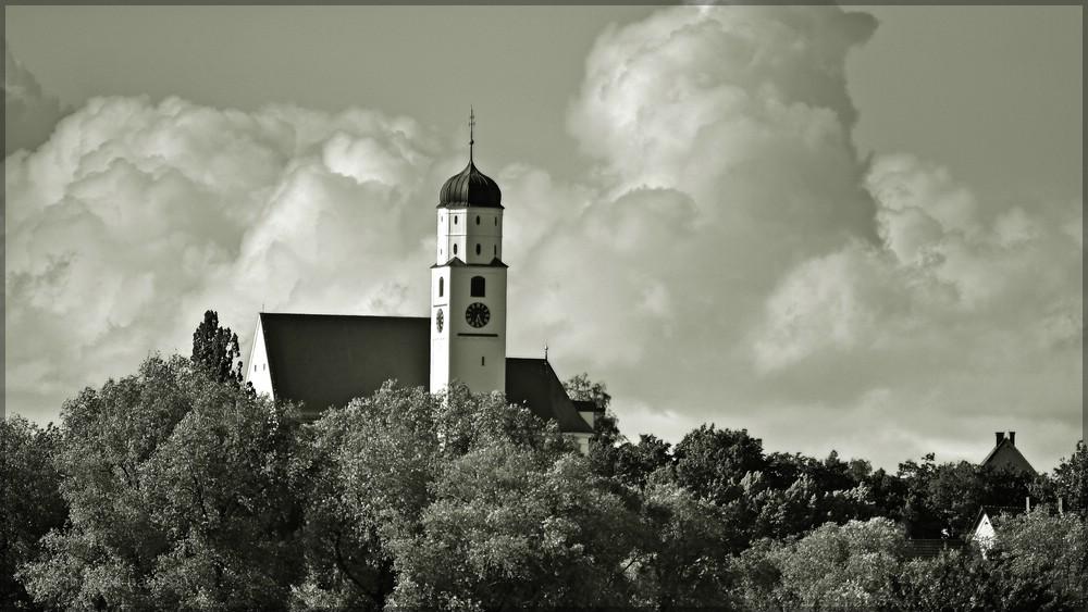 Kirche in Illerberg, St. Martin, in Wolken, Juni 2016