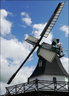Mühle AURORA vor bewölktem Himmel, Juni 2016