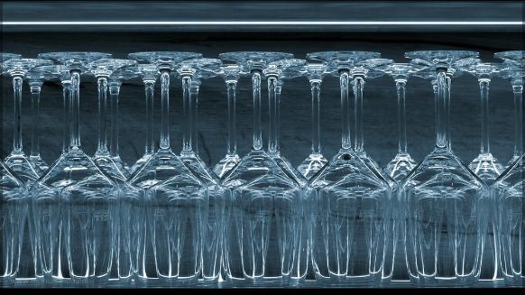 Weingläser, kopfüber im Regal, Bildbearbeitung, Mai 2016