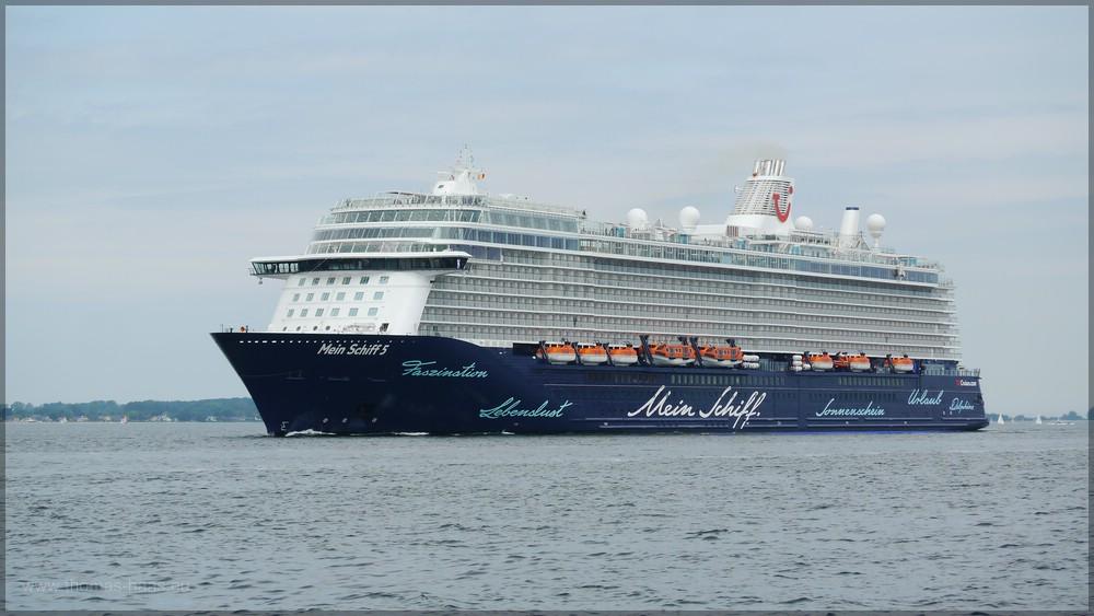 """""""Mein Schiff 5"""" am 23.06.2016 - nagelneu und vor der Taufe"""