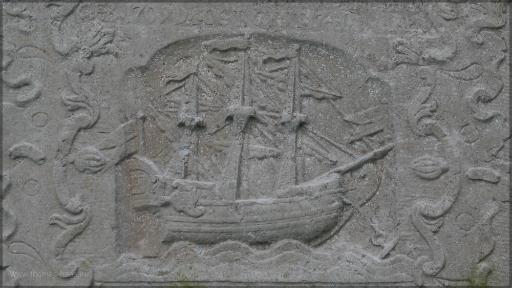 Grabstein mit Abbildung eines Dreimasters, Arnis 2016