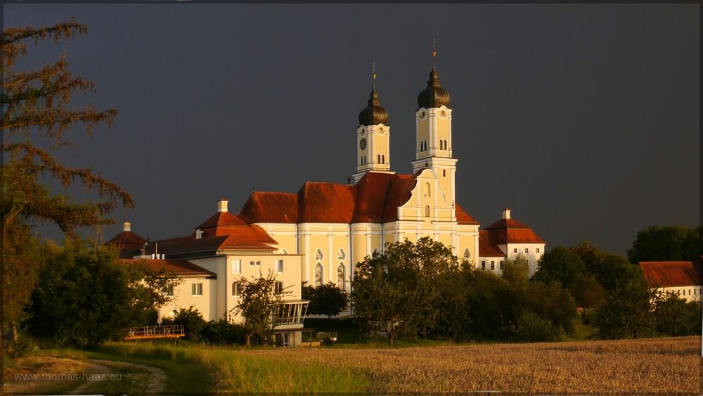 Nordseite der Klosterkirche Rogenburg im Gewitter, Juli 2016