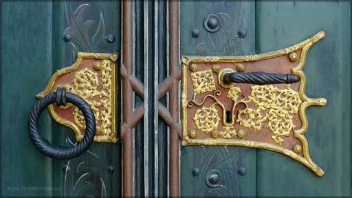 Türbeschlag an der westlichen Eingangspforte, Juni 2106