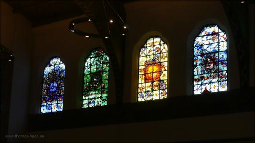 Moderne Glasfensterin der Pauluskirche, Juni 2016