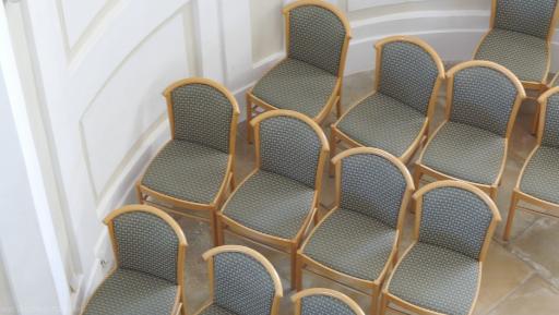 Stuhlreihen im Standesamt