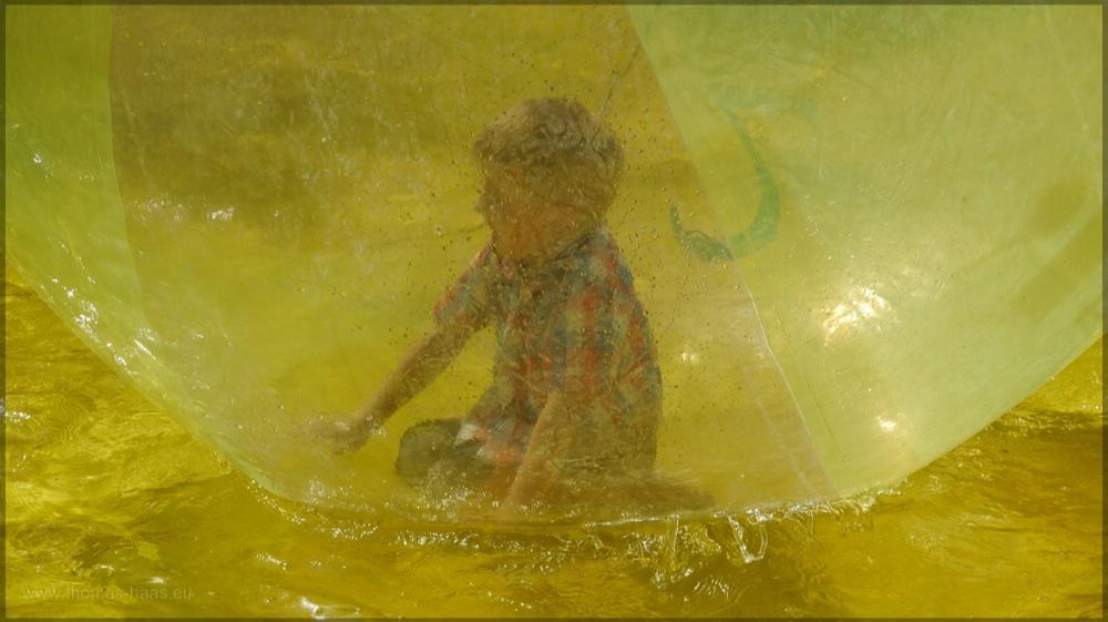 Ein Junge im Ballon im gelben Pool, August 2016