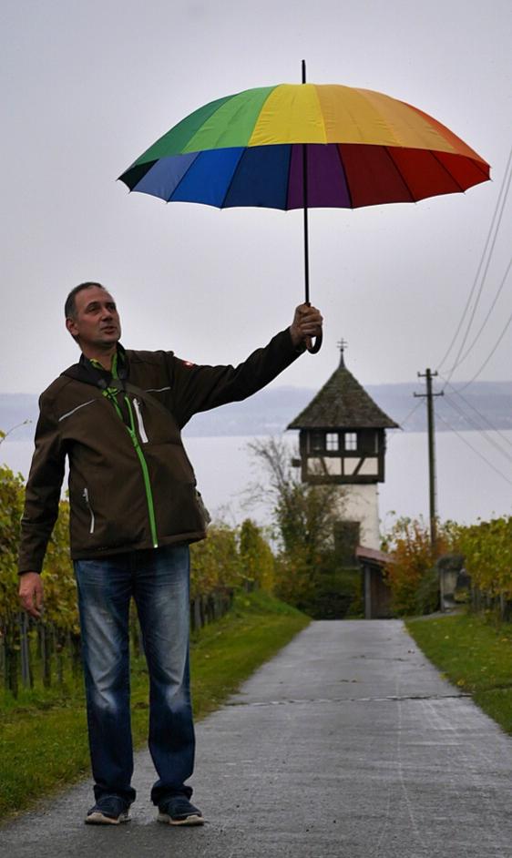 Tourist mit Schirm am Bodensee...